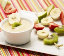 Pinchos de fruta con salsa de chocolate blanco